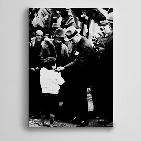 Atatürk Bir Çocuğu Severken Kanvas Tablo
